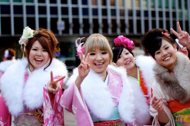 En el día de la mayoría de edad las chicas que ese año cumplirán 20 visten kimonos con un chal de piel para combatir el frío invernal.