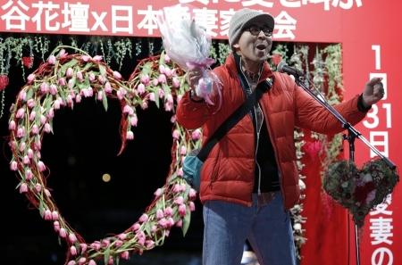 """En el """"día de amar a tu esposa"""" los hombres suben a la tarima y gritan su amor por sus parejas."""