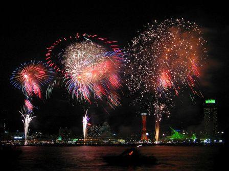 Durante el Hanabi, que se celebra en verano, se ofrecen impresionantes shows de pirotecnia en la noche.