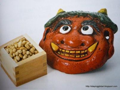 En la fiesta de bienvenida de la primavera los adultos lucen la mascara del demonio Oni y los niños lanzan granos de soya para ahuyentar el mal y atraer la fortuna