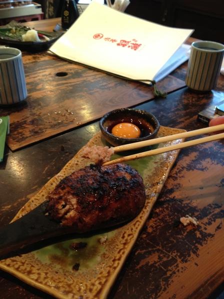 Aunque no es precisamente un plato tradicional, la hamburguesa japonesa no se compara con nada. Su secreto: una cucharada de pasta miso para aderezar la carne antes de freir, el resultado es fabuloso.