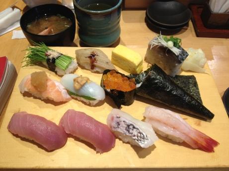 Un perfecto set de sushi: nigiri de atún, de anguila, de langostino, de salmón y de calamar; además un pequeño pedazo de omelet que jamás puede falta en el plato.