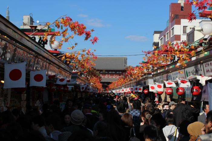 De compras en Japón: es conveniente conocer los lugares clave para no terminar en banca rota. El mercado de artesanías de Asakusa es una buena opción para los turistas.