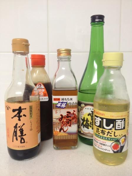 Los mágicos condimentos de la cocina japonesa y actuales habitantes de mi cocina. De izquierda a derecha: salsa de soya (shoyu), salsa para okonimiyaki, mirin, sake y vinagre de arroz