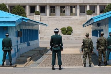 En el Área de Seguridad Conjunta, donde los militares de ambos países tienen contacto directo, los turistas pueden ingresar a las salas donde se efectúan reuniones bilaterales, pero no pueden interactuar con los soldados coreanos.