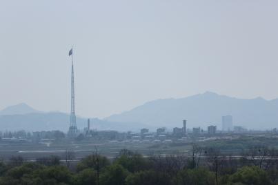 Aunque aparentemente deshabitada, Aldea Propaganda (o Aldea de la Paz, como es conocida en el Norte) es el único poblado de Corea del Norte que es posible divisar desde el Sur.
