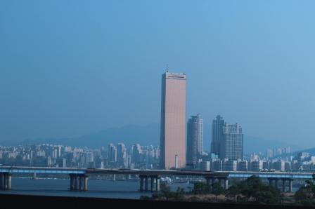 El río Han es el principal río de Seúl y atraviesa la ciudad en su camino hacia el mar de China Oriental o Mar Amarillo.