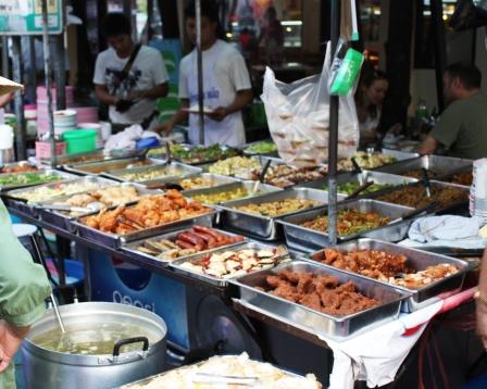 La culinaria tailandesa es considerada una de las mejores del Sudeste Asiático. En la calle, puesto de comida como este ofrecen una variedad de opciones.