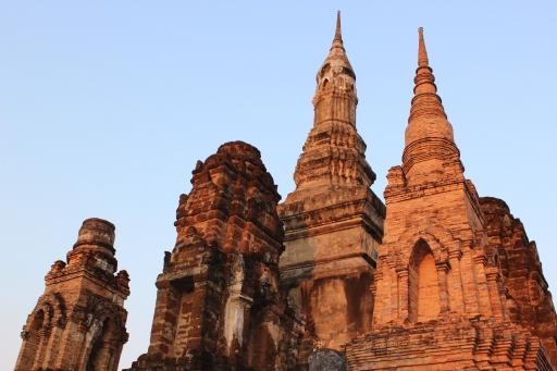 El sol de la tarde se esconde detrás de las ruinas de Sukhothai