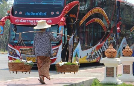 Un vendedor de fruta camina por las calles de tailandia