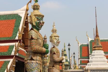 Una intrincada decoración y rostros intimidantes caracterizan a los guerreros que protegen el templo del Buda de Esmeralda en Tailandia.