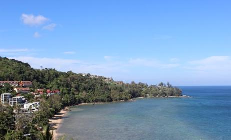 Una maravillosa vista de la playa de Kamala al sur de Tailandia