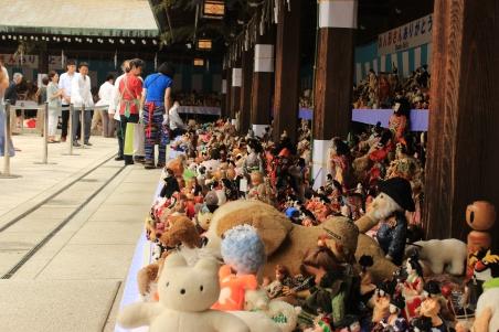 Los corredores del templo se llenan de juguetes durante el evento. En total 40 mil muñecas y peluches son incinerados aquí