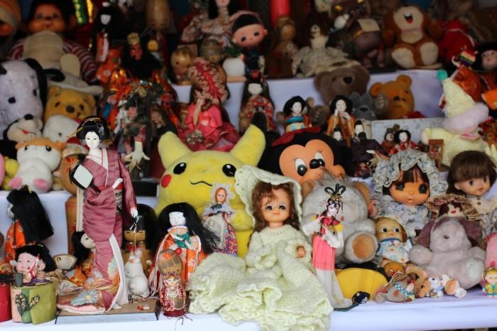 La diversidad es enorme, hay desde geishas con kimono y samuráis con sus sables, hasta Hello Kitty y peluches navideños.