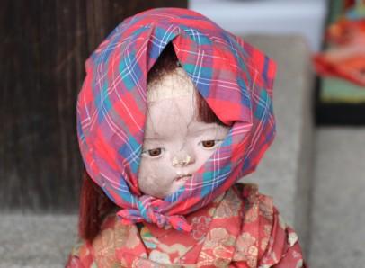 Esta vieja muñeca de porcelana, con su mirada perdida en el infinito, parece aguardar con resignación su destino fatal.