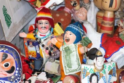 Sin saber cómo llegaron tan lejos, este par de Equecos andinos también esperan su final. Su tiempo de prodigar riqueza y buena fortuna ha terminado.