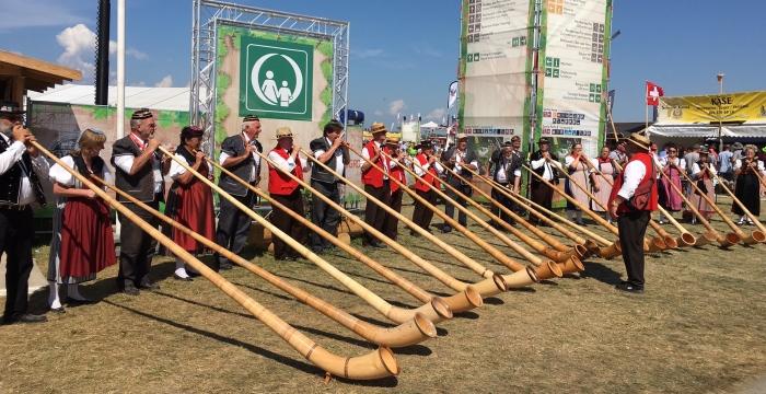"""Un grupo local tocando la """"Trompa de los Alpes"""""""