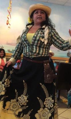 Mari recitando unas coplas montubias durante la fiesta ecuatoriana